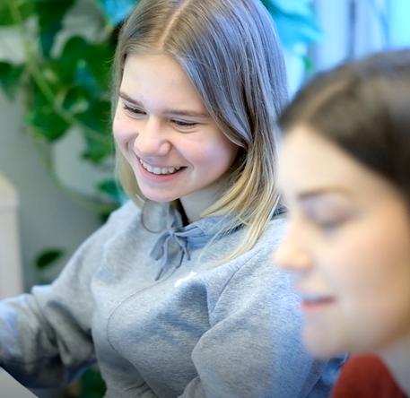 Emma har privatundervisning med en mentor fra MentorNorge. De jobber med matematikk.