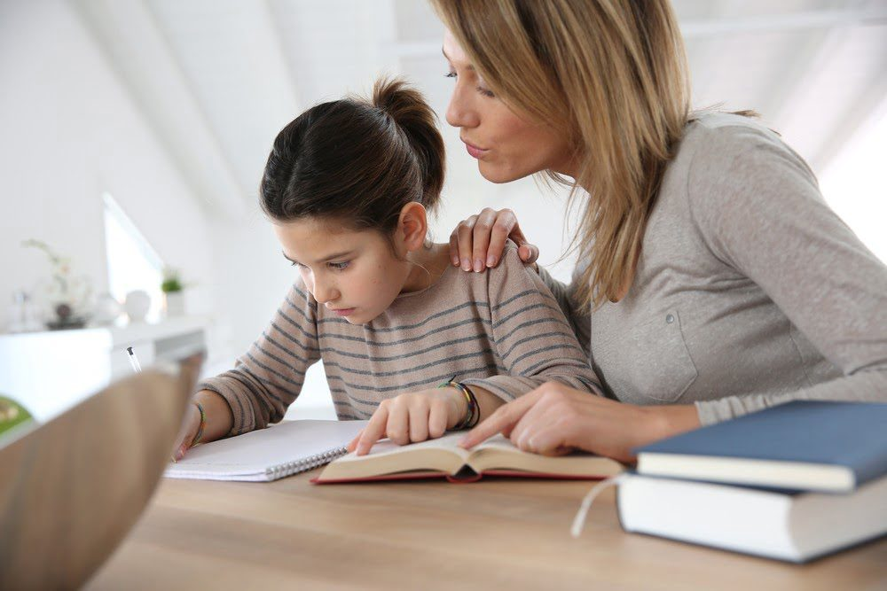 Hjelp barnet med studieteknikken. Som forelder kan du hjelpe eleven til bedre studieteknikk med enkle grep.